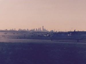 JFケネディ空港から摩天楼に向かって飛び立つ飛行機9・11を想う